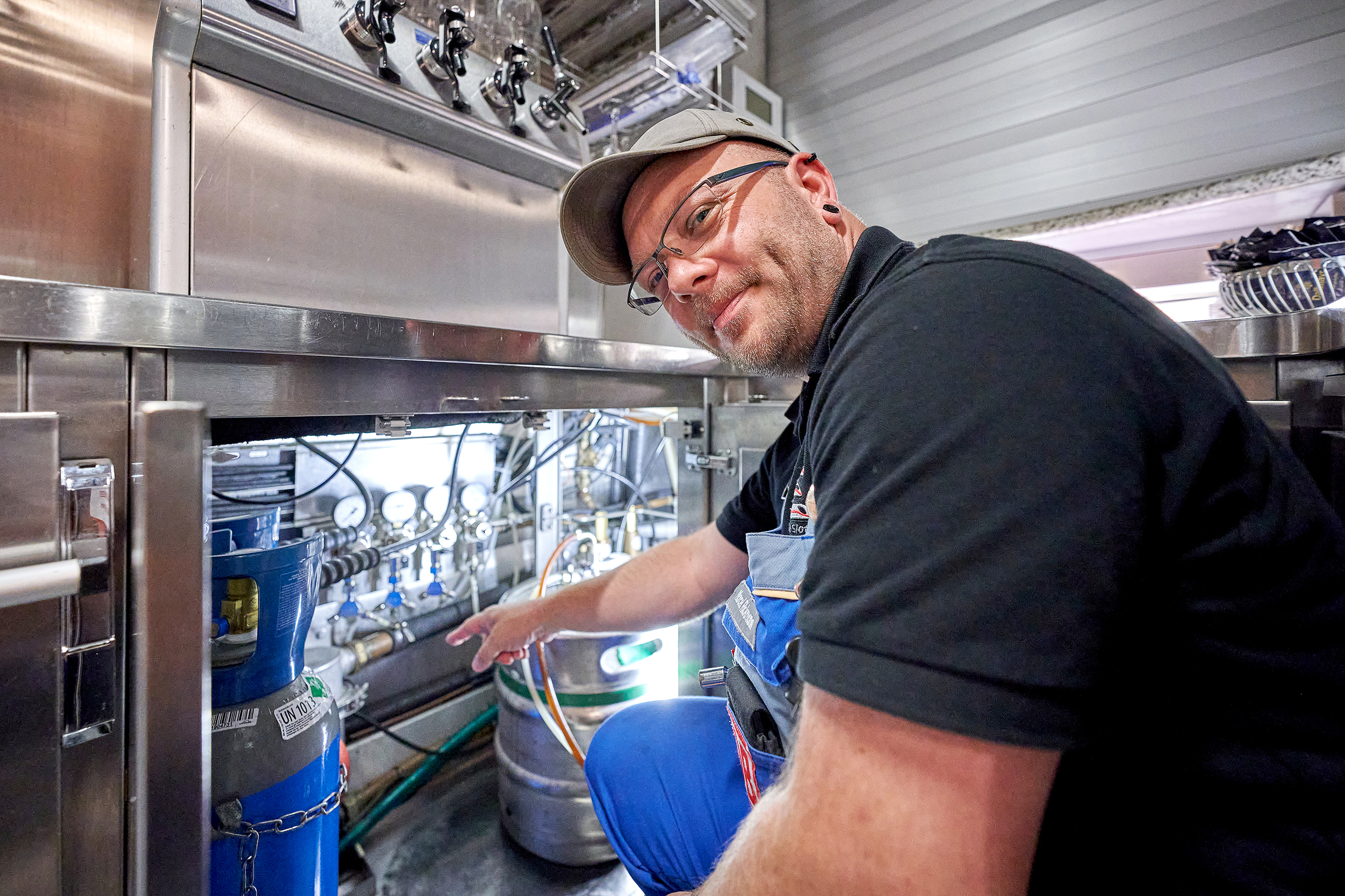 Beer pumps in the narrow on-board kitchen need a supply of CO<sub>2</sub>. This is a job for mechatronics specialist Marcel Rickmann.