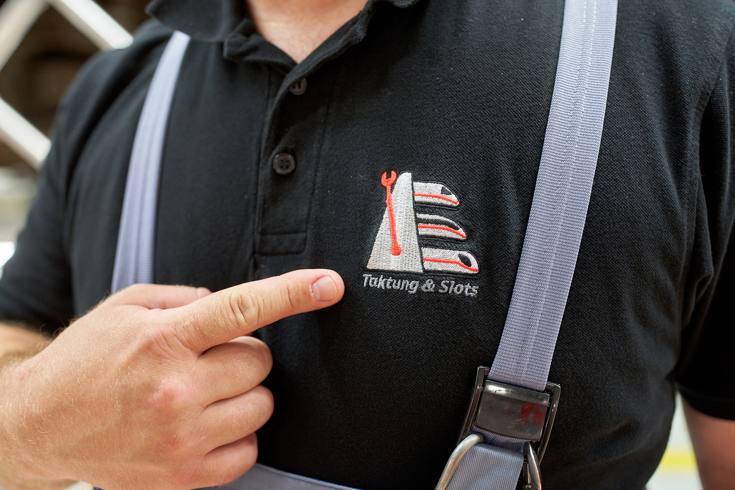 The principle is embroidered on the polo shirt: precise intervals and slots help the night shift keep more trains in good shape.